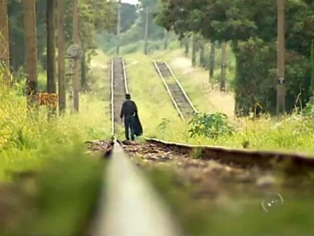 Moradores se arriscam atravessando linha férrea em Sorocaba (Foto: Reprodução/TV Tem)