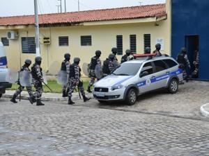 Polícia Militar realiza operação neste sábado no  presídio PB1 (Foto: Walter Paparazzo G1/PB)