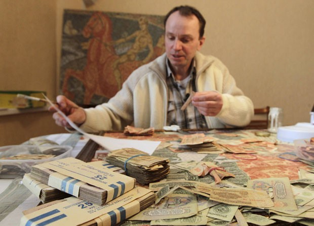 Artista Igor Arinich criou quadros usando cédulas antigas da ex-União Soviética (Foto: Vasily Fedosenko/Reuters)
