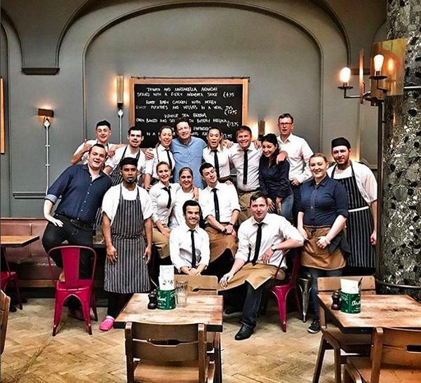 O chef e apresentador Jamie Oliver com a equipe de um dos estabelecimentos de sua rede de restaurantes italianos (Foto: Instagram)