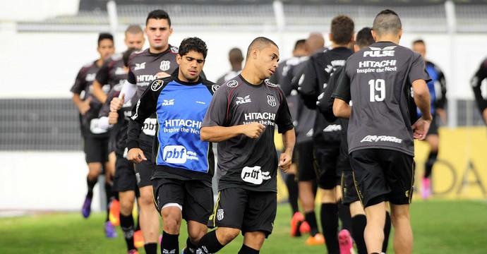 Jogadores Ponte Preta Treino Adrianinho (Foto: Marcos Ribolli / GloboEsporte.com)