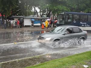 Chuva causa transtornos no Centro de João Pessoa (Foto: André Resende/G1)
