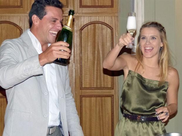 Rodrigo Lombardi e Carolina Dieckmann vibram com o champanhe (Foto: Salve Jorge/TV Globo)