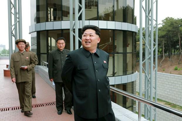 O ditador da Coreia do Norte, Kim Jong-un, durante visita a instalações de um recém construído centro de controle de satélites em foto divulgada pela agência estatal norte-coreana neste domingo (3) (Foto: KCNA/Reuters)