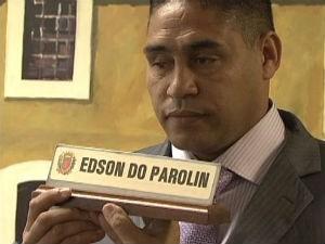 Edson do Parolin segura a placa de vereador durante a posse (Foto: Reprodução RPC TV)