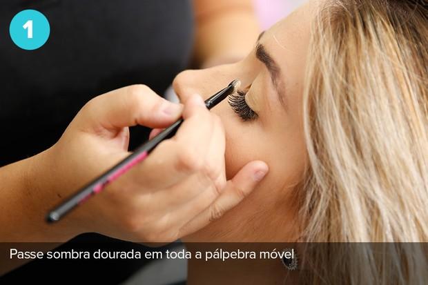 Ex-BBB Aline Gotschalg mostra passo a passo de maquiagem: Use sombra dourada em toda a pálpebra móvel  (Foto: Marcos Serra Lima/EGO)