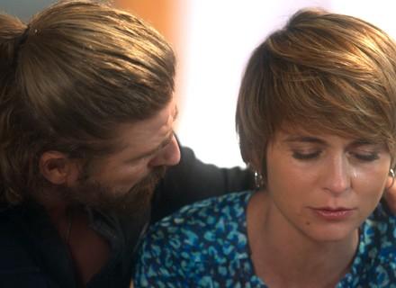 Helô se desespera ao descobrir que Letícia está se sentindo fraca