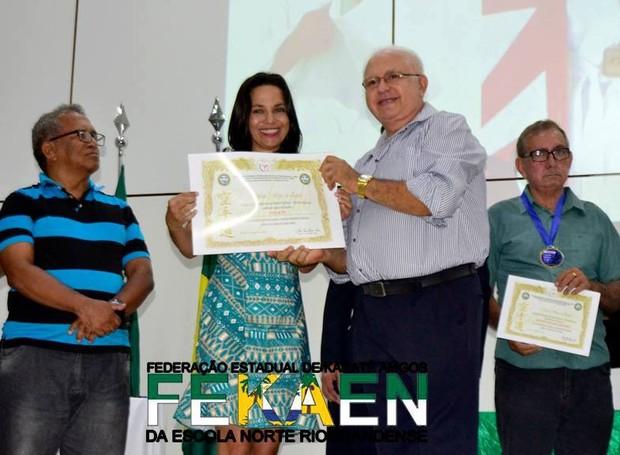 Apresentadora foi homenageada pela federação (Foto: Divulgação)