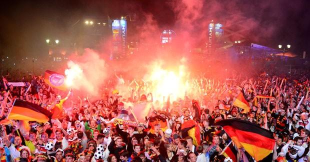 Centenas de milhares de alemães comemoram o título mundial no Portão de Brandenburgo, em Berlim, neste domingo (13) (Foto: John Macdougall/AFP)