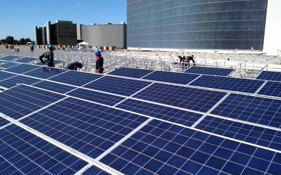 Usina solar no teto de um dos anexos do TSE (Foto: Época)