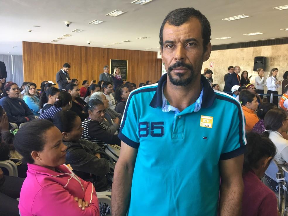 Catador Sinomar Alves dos Santos, que trabalha no lixão da Estrutural, participa de evento do GDF sobre bolsa auxílio (Foto: Luiza Garonce/G1)