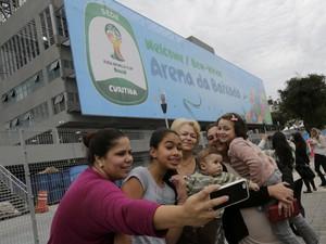 Família faz selfie em frente a Arena da Baixada em Curitiba