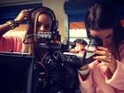 De roupão, Bruna Marquezine brinca na câmera do set de gravação