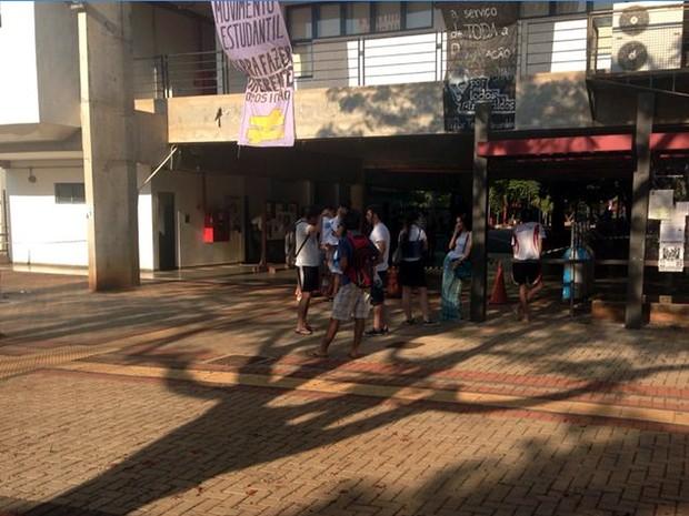 Alunos deixam provas no Ciclo Básico da Unicamp, em Campinas (Foto: Marcello Carvalho/G1)