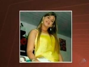 Jovem de 25 anos foi presa em flagrante por roubo em Feira de Santana. (Foto: Imagens/Tv Subaé)
