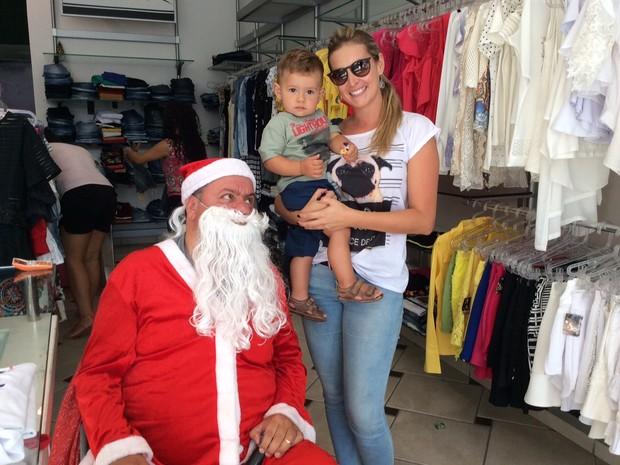 Papai Noel cadeirante atrai clientes em loja de Poços (Foto: Jéssica Balbino/ G1)
