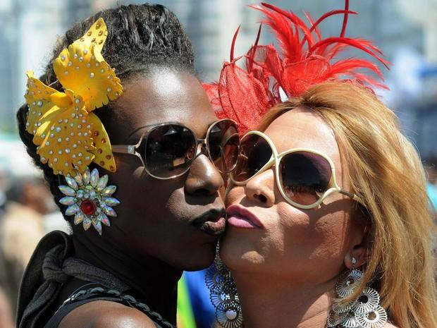 Participantes da 18ª Parada LGBT no Rio posam para foto em Copacabana (Foto: Alexandre Durão/G1)