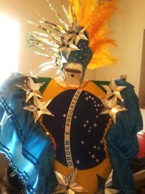 Fantasia com bandeira do Brasil foi confeccionada para o desfile (Foto: Ianara Tavares / Cedida)