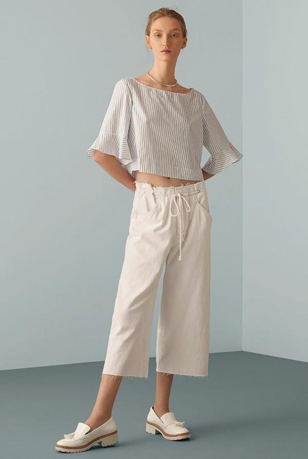 Blusa Le Lis Blanc à venda no OQVestir, R$ 299. Pantacourt de algodão Zara, R$ 199. Choker Luiza Dias 111, R$ 110. Sapatos Renner, R$ 159 (Foto: Adriano Damas - Galpão 833)