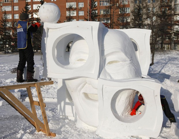 Evento internacional de esculturas de gelo e neve reuniu 20 equipes de artistas de cinco países (Foto: Ilya Naymushin/Reuters)