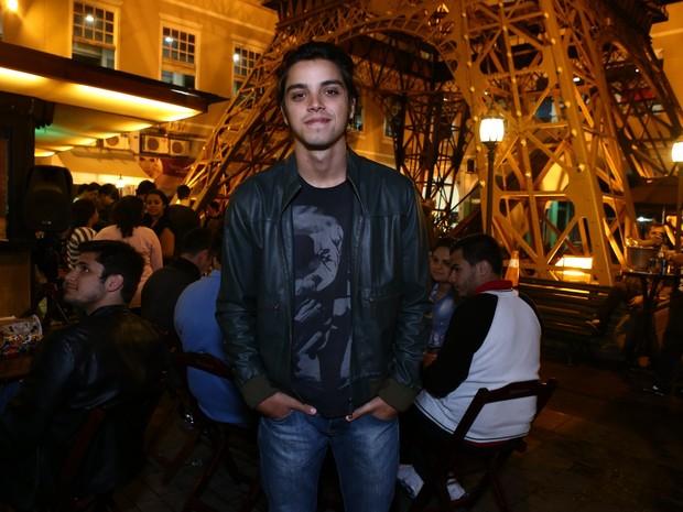 Rodrigo Simas em restaurante na Zona Oeste do Rio (Foto: Raphael Mesquita/ Divulgação)