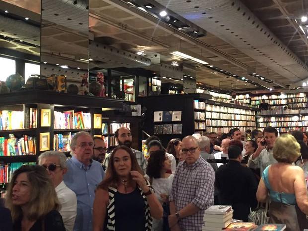 """Fila de autógrafos no lançamento do livro Enquanto houver champagne, há esperança"""" (Foto: Patrícia Teixeira/G1)"""