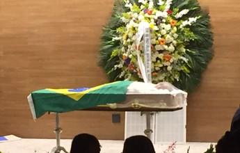 Após atraso de quase 2 horas, corpo de Carlos Alberto Torres é velado