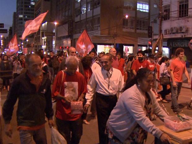 Manifestação pró-Dilma no Centro de Campinas (Foto: Reprodução / EPTV)