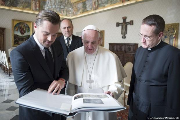Em encontro no Vaticano nesta quinta-feira (28), Leonardo DiCaprio expôs ao Papa Francisco seu compromisso com a preservação do meio ambiente (Foto: Osservatore Romano/Reuters)