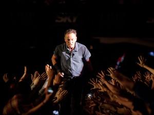 Bruce Springsteen caminha perto do público no Espaço das Américas, em São Paulo (SP) (Foto: Caio Kenji/G1)