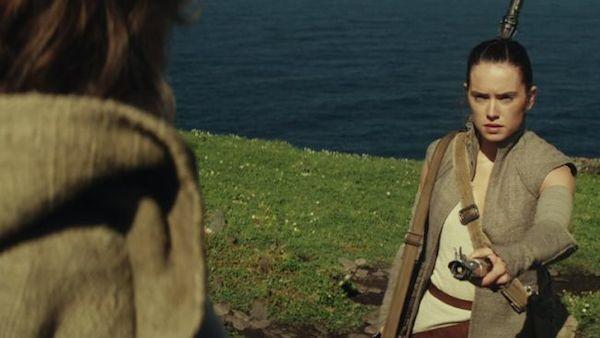 Rey na cena final de 'Star Wars: Episódio VII - O Despertar da Força' (Foto: Reprodução)
