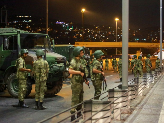 Militares turcos fecham o acesso à Ponte do Bósforo em Istambul, na Turquia (Foto: Stringer/Reuters)