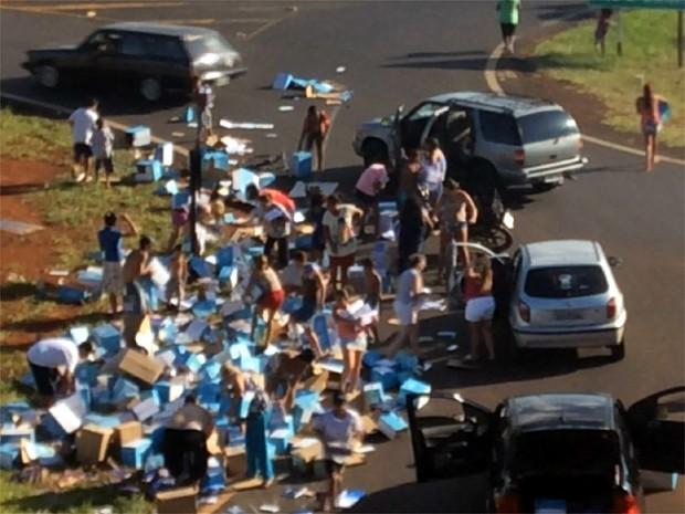 Motorista bêbado tomba caminhão com cadernos e material é saqueado no Anel Viário Norte, em Ribeirão Preto