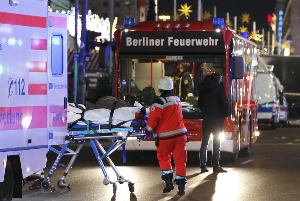 Pessoa ferida em invasão de caminhão em praça de Berlim é transportada de ambulância de hospital (Foto: REUTERS/Fabrizio Bensch)