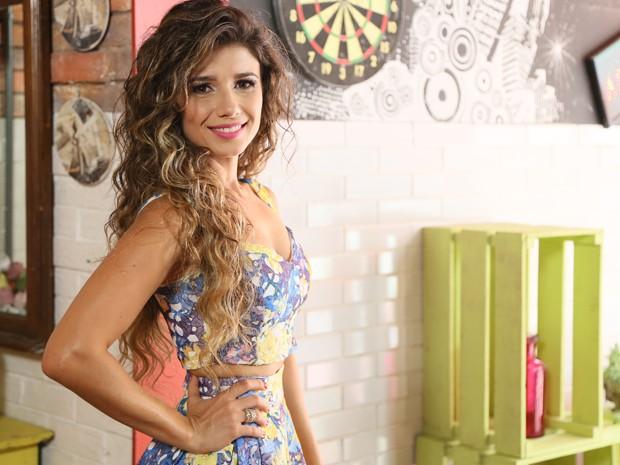 Estilosa, a cantora faz pose para a foto (Foto: Carol Caminha / TV Globo)