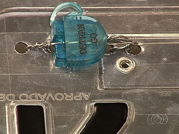 Lacre rastreável será utilizado em novas placas de veículos para combater crimes, em Goiás (Foto: Reprodução/TV Anhanguera)