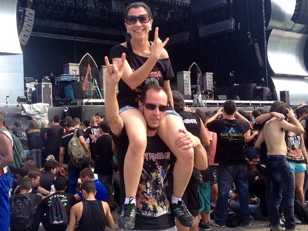 Casal Regina e Leo Linzmayer saíram de São Bento do Sul (SC) só para assistir ao show da banda Iron Maiden.  'Foi um sacrifício para vir aqui. Enfrentamos 14h de ônibus, chegamos ao Rio de manhã e vamos embora logo depois do show. É um sonho realizado' (Foto: Priscilla Souza/G1)