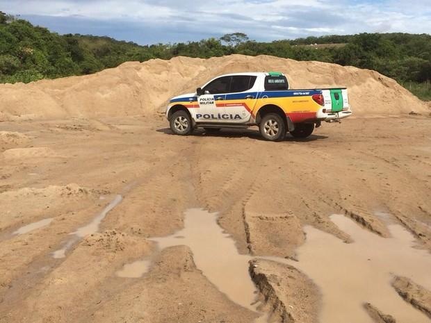 Policia Militar de Meio Ambiente aprende areia irregular em Itapecerica (Foto: Polícia Militar de Meio Ambiente/Divulgação)