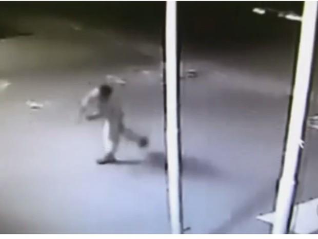Suspeito foi flagrado pelas câmeras de segurança (Foto: Reprodução/TV TEM)