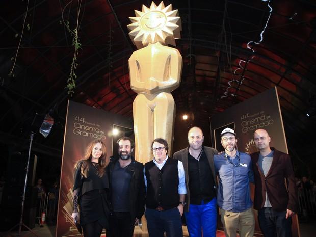 Elenco e equipe do filme O Roubo da Taça, que estreou em Gramado (Foto: Cleiton Thiele/Pressphoto )