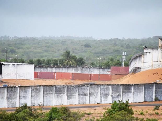 Em Alcaçuz, muro feito de contêineres tem a primeira fileira pronta; uma segunda ainda será erguida sobre a base (Foto: Fred Carvalho/G1)