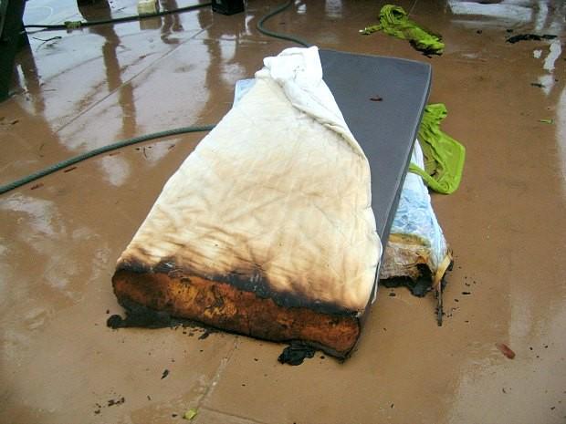 Colchão pegou fogo logo após ação de raio (Foto: Lindon Jonhson/TV Amazonas)
