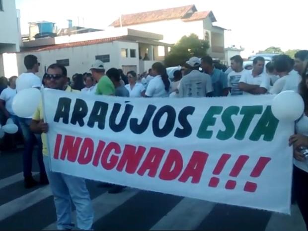 Manifestantes carregam faixa contra violência em morte de vereador em Araújos (Foto: Marcelo Lages/G1)