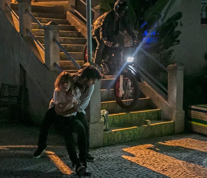 Eliza é salva por Jonatas (Foto: Inácio Moraes/Gshow)