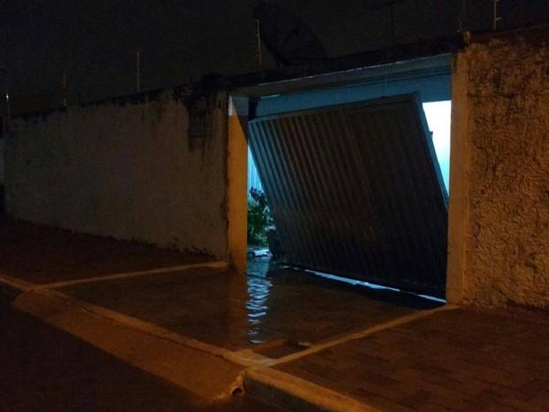 Chuva arrasta portão de casa no bairro do Catolé, em Campina Grande (Foto: Ittallo Frienddch / Arquivo Pessoal)