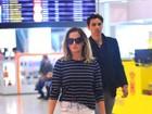 Com look básico, Deborah Secco embarca em aeroporto do Rio