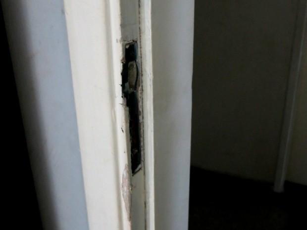 Homem tentou arrombar porta de vizinhos  (Foto: Andressa Amorim / G1)