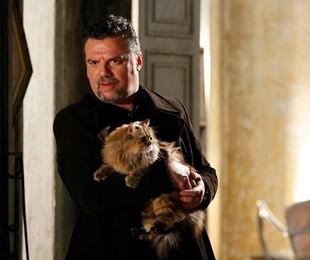 Adriano Garib com o gato persa Iuri em cena de 'Salve Jorge' (Foto: Divulgação/TV Globo)