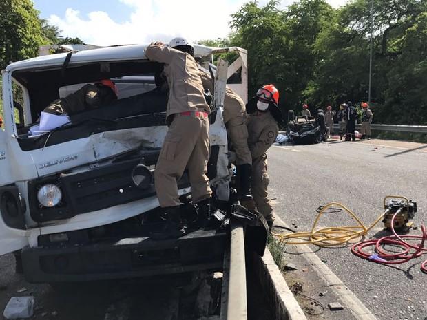 Acidente na BR-230, em João Pessoa, deixa duas pessoas mortas (Foto: Walter Paparazzo/G1)