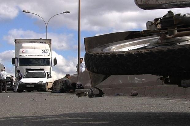 Passageira de motocicleta morre em acidente na BR-153, em Goiânia (Foto: Reprodução/TV Anhanguera)
